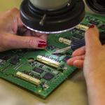Une carte électronique en fabrication chez Asica Sicap
